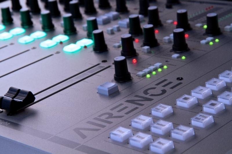 Analogové vysílací a produkční mixážní pulty